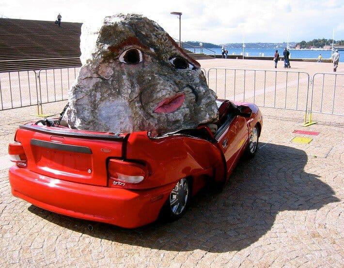 Камень упал на машину