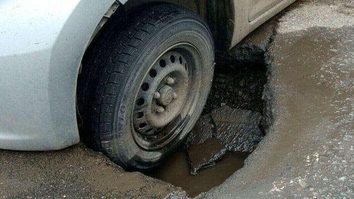 Попали в яму на дороге. Покроет ли ущерб страховка?