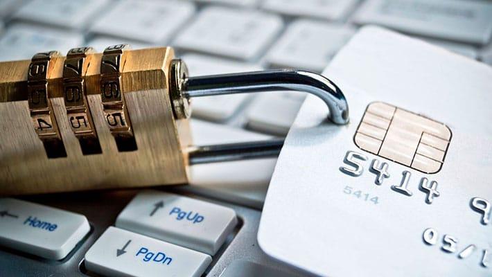Страхование денег на банковской карте: нужно ли покупать полис?