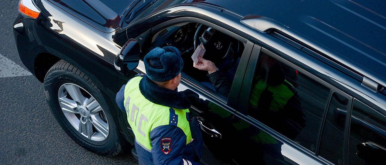 Инспектор проверяет полис ОСАГО